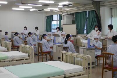 張り詰めた空気の実習室