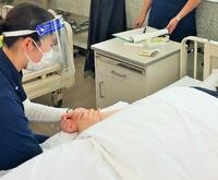 患者さんの脈を測ります