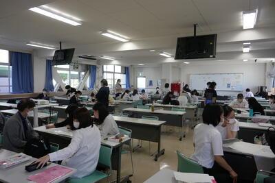 多くの教員が授業を参観しています